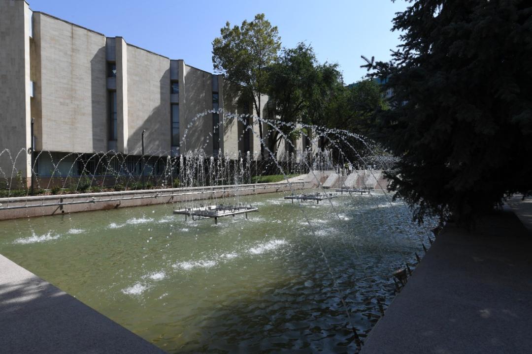 Сквер и фонтан возле музея искусств имени А. Кастеева обновили ко Дню города Алматы